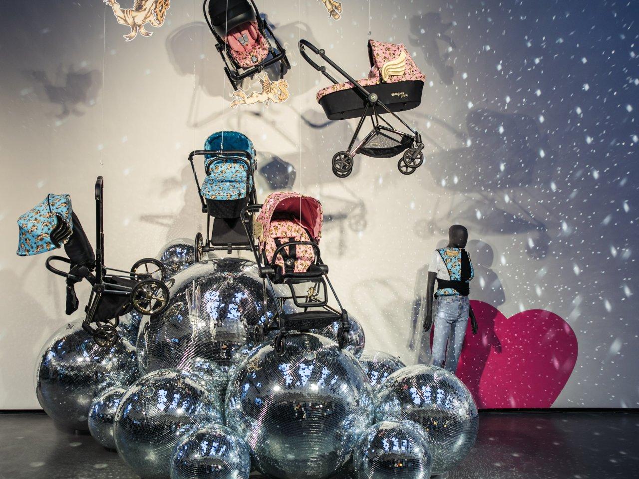 Designové kočárky rozzářily industriální prostor galerie