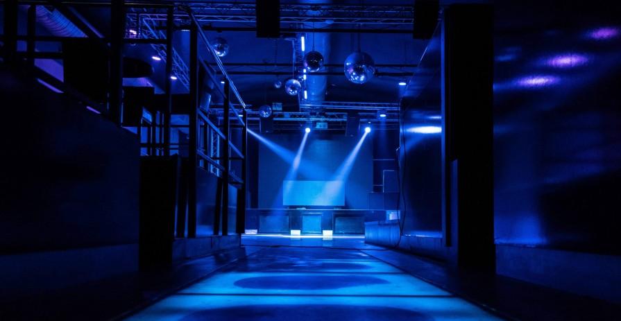 Velkokapacitní klubový prostor na Letné