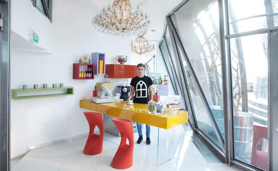 Glass bar s terasou, Tančící dům