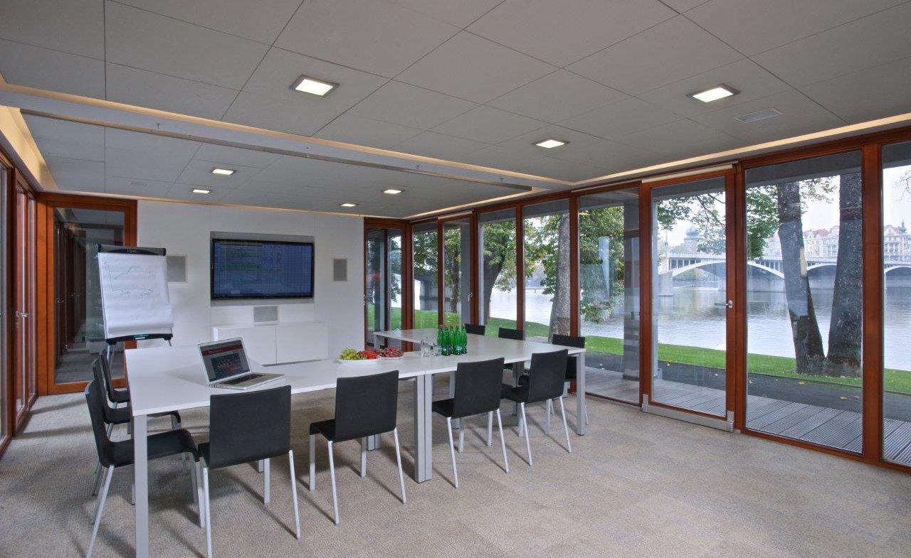 Konferenční místnost s LCD
