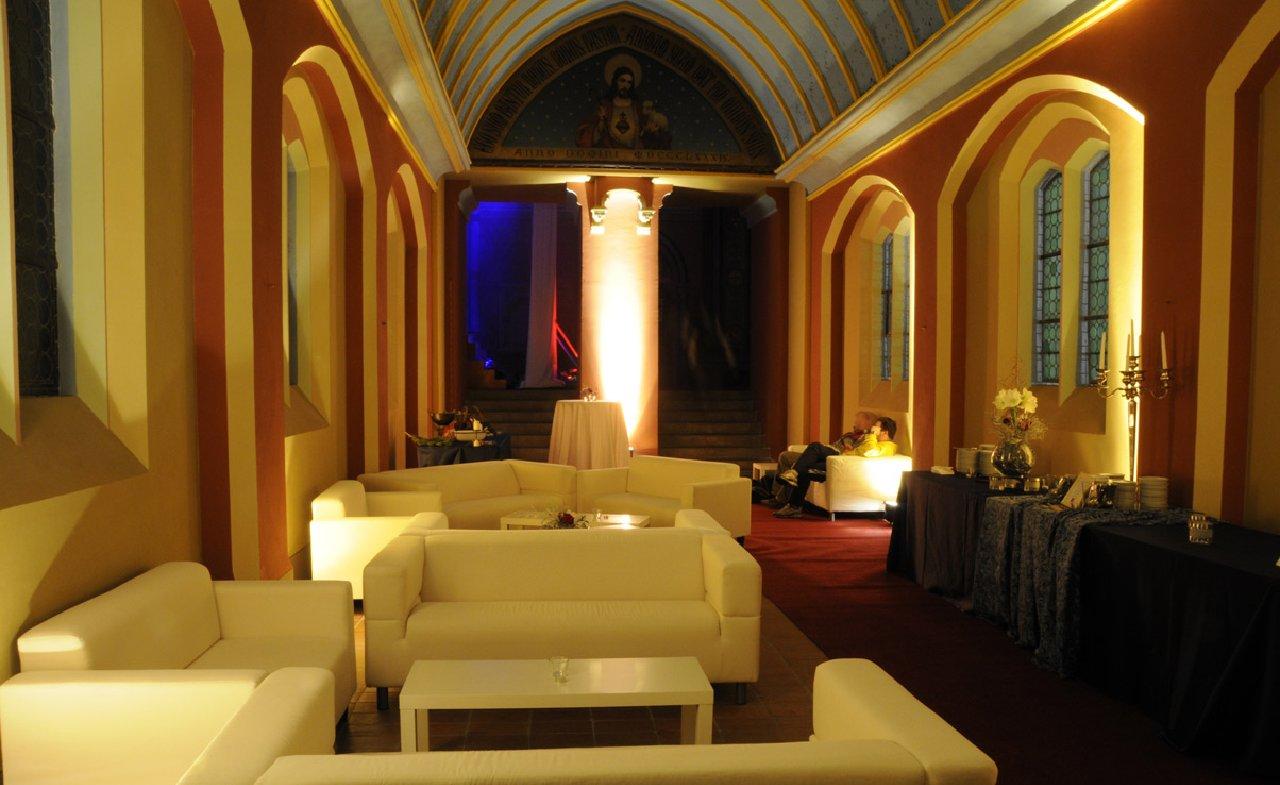 Velkolepé prostory kostela pro večerní akce
